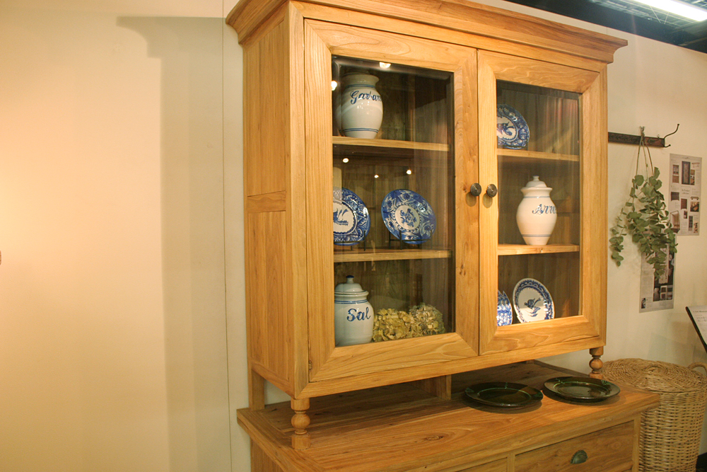 PlainWoodCupBoard01